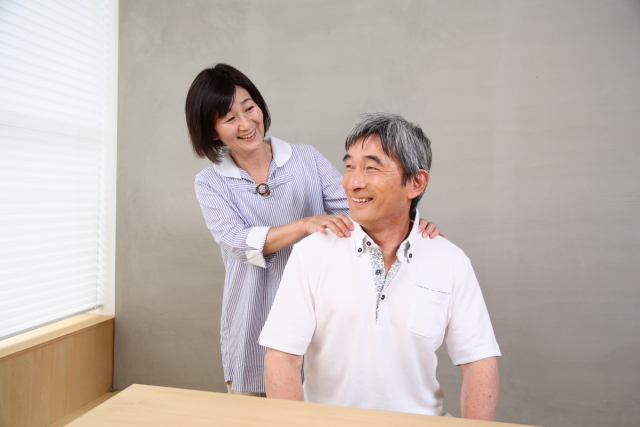 senior-couple-shoulder-massage.png